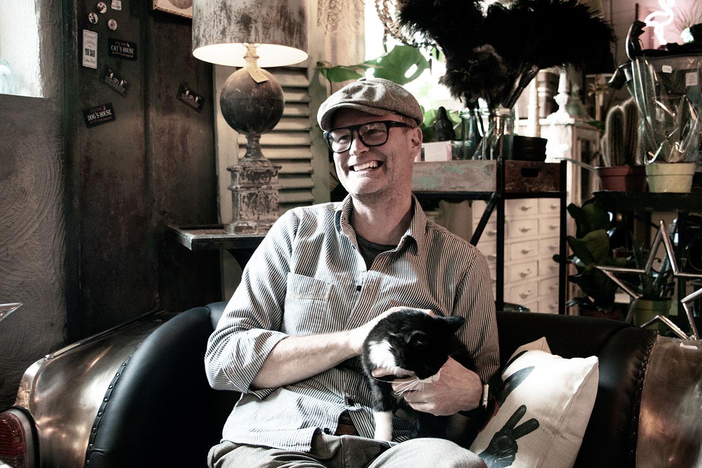 Patrik Henningsson Patriks Prylar katt i knät