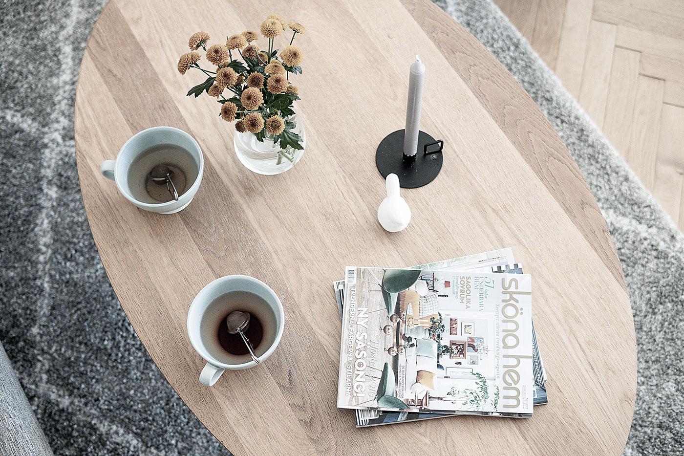 Sköna hem och tekoppar på vardagsrumsbord