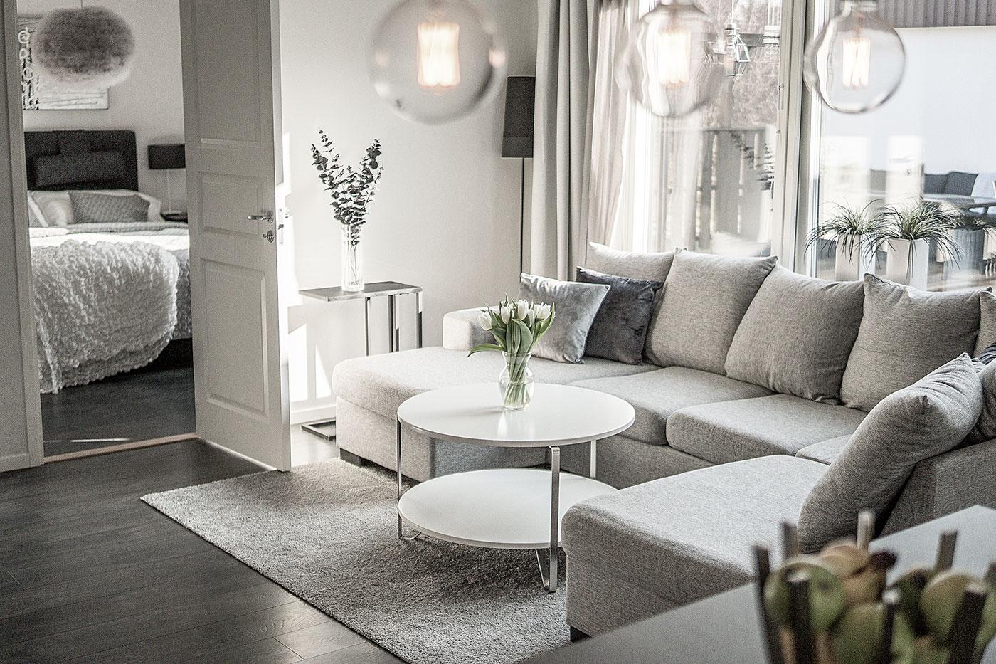 Grå modern soffa i vardagsrum