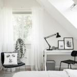 Stilig arbetsplats i sovrum i svart och vitt