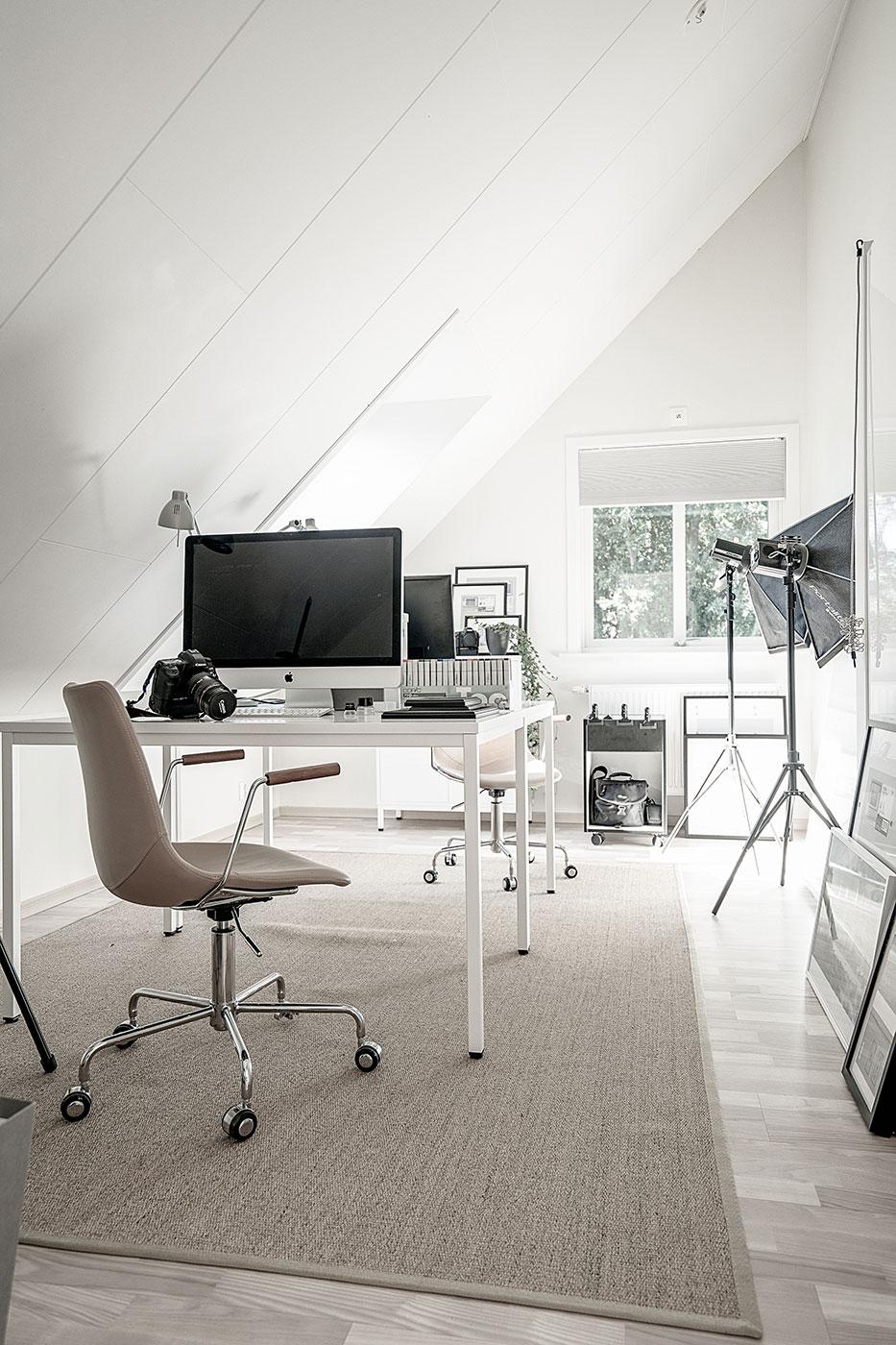 arbetsrum för en fotograf med två arbetsplatser och mac