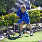 Pojke som spelar minigolf Tylösand Halmstad