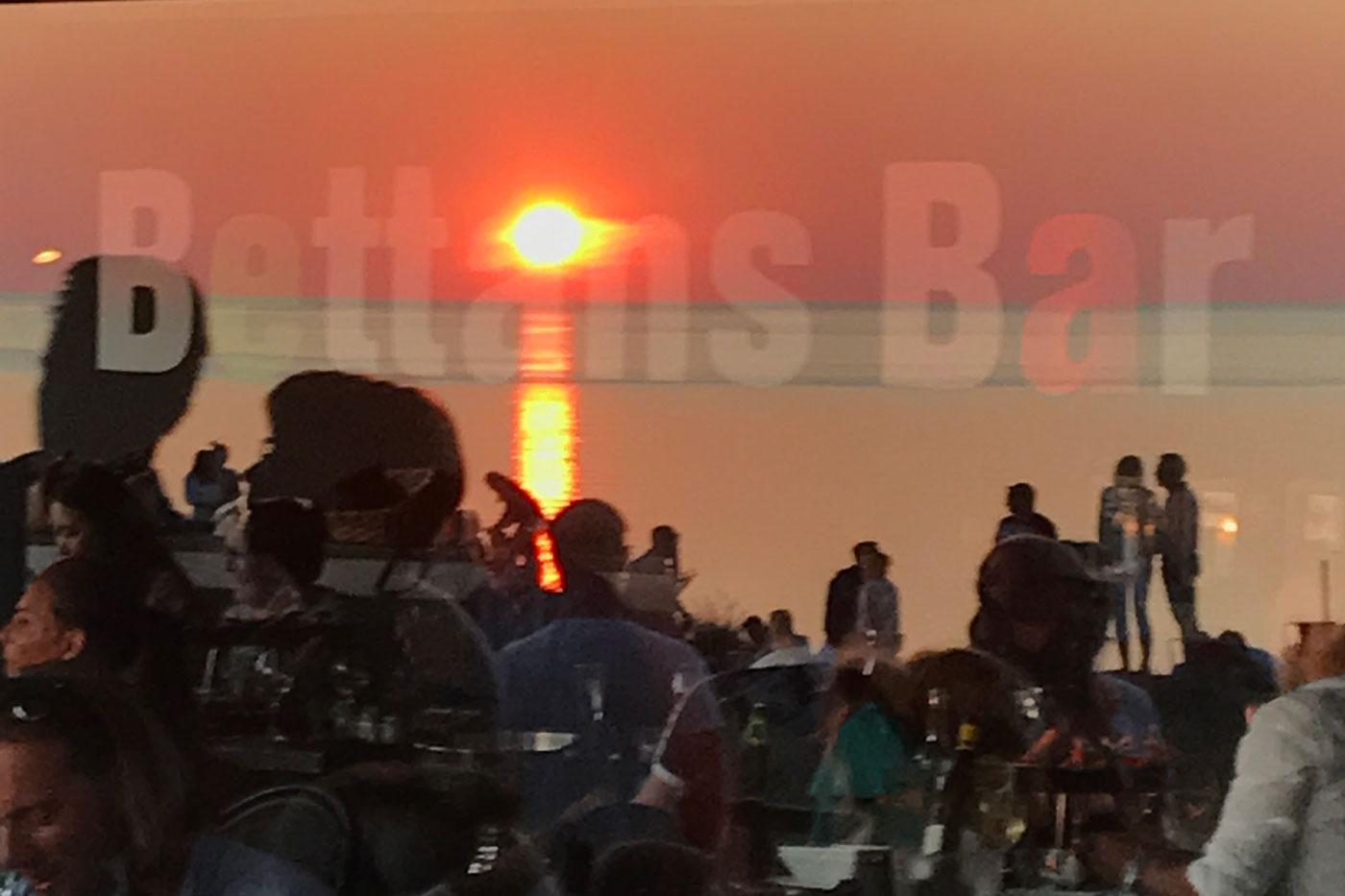 Spegelreflektion av Bettans bar i solnedgång i Tylösand Halmstad