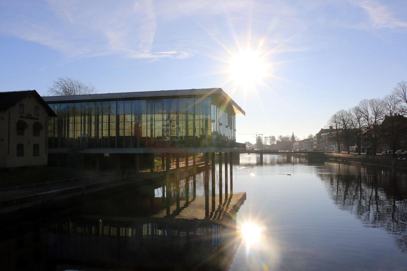 Stadsbiblioteket och Nissan in mot stan på Nissastrand