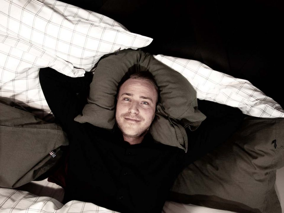 Kristoffer Uvenkrans i sängen på Care of Beds i Halmstad