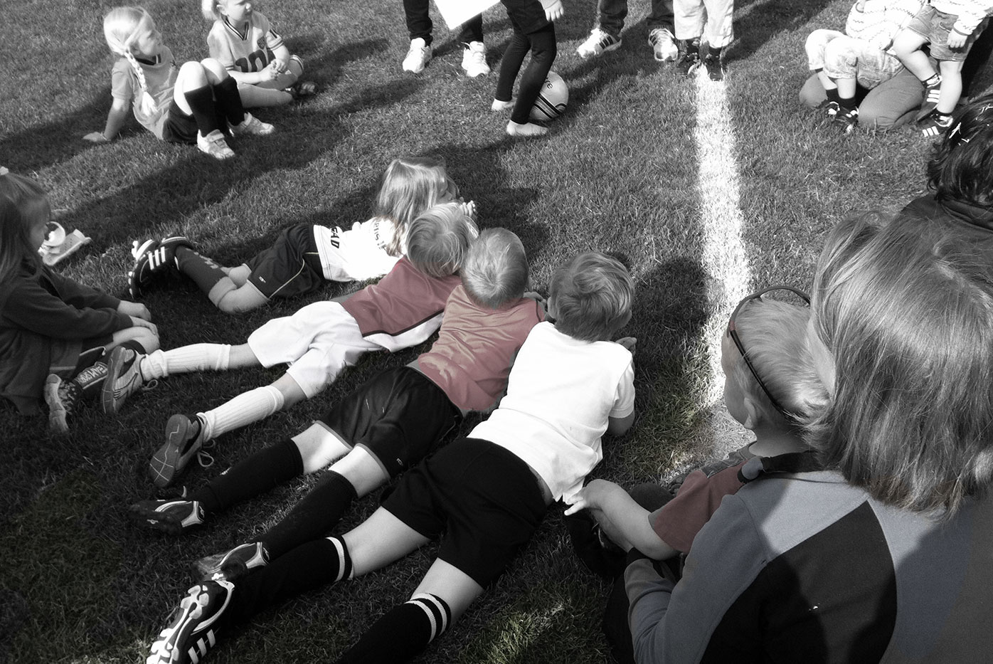 Fotbollsbarn liggande på gräset