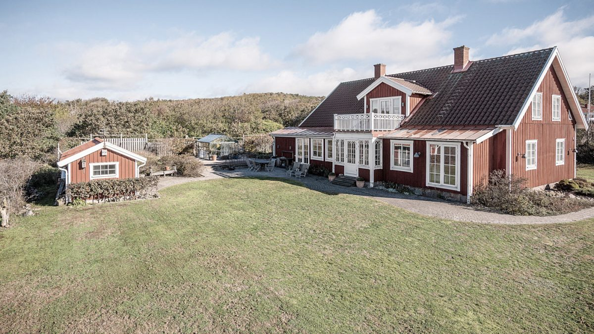Falu rödfärgsmålad villa i sekelskiftesstil, glasbrukarbostad i steninge